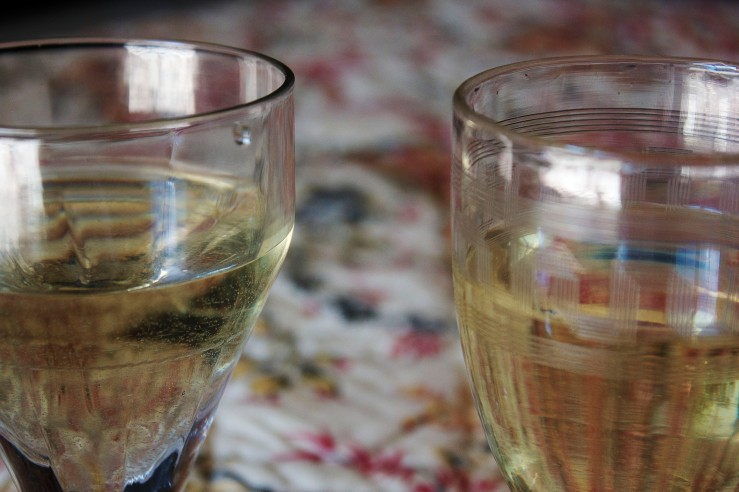 White wine in vintage glasses | Infinite belly
