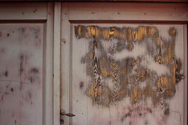 Old door in Le Puy-en-Velay, Auvergne, France | Infinite belly